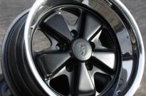 Porsche Fuchs Felge lackiert im Orginalton und Bett poliert